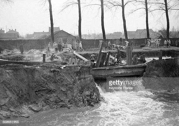 Groupe de personnes travaillant près de la Seine en crue qui a inondé la banlieue parisienne en France