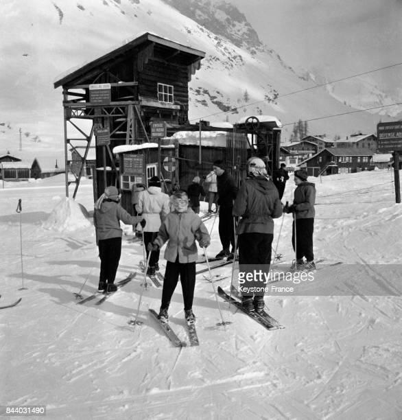 Groupe de skieurs au pied de la remontée mécanique au Val d'Isère France en février 1956