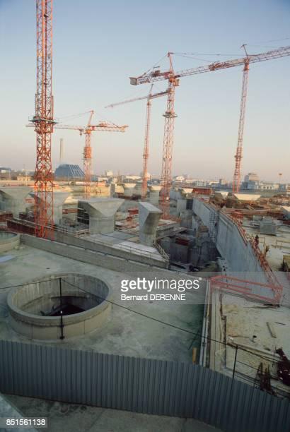 Grues sur le site de construction de la Grande Arche de la Défense le 13 février 1986 France