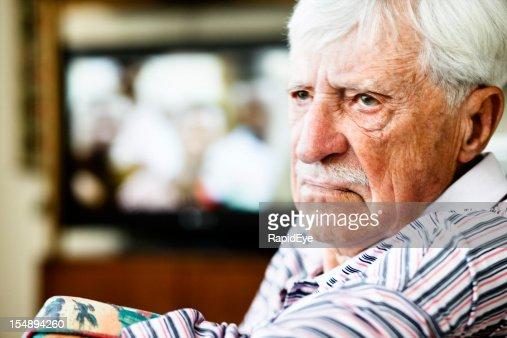 Grumpy old man sieht Runde TV, Stirn runzeln