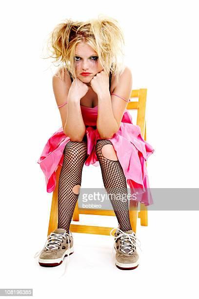 Grumpy Frau mit zerrissenen Tights und Promotion-Kleid