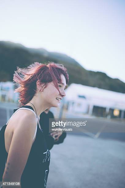 Grunge-Mädchen mit gefärbten Rosa Haar Spaziergang über den Parkplatz