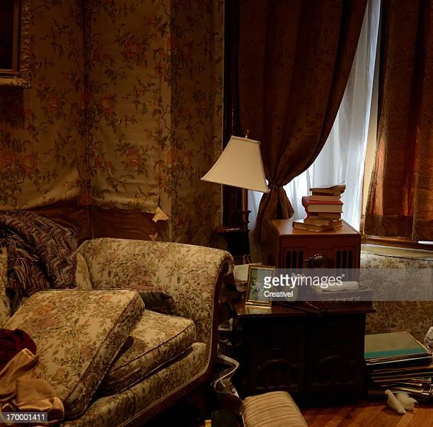 Intérieur de Grunge avec vieux négligée un mobilier sombre