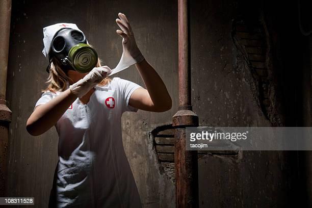 Grunge Krankenschwester mit Gasmaske