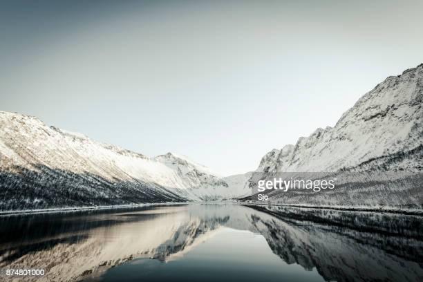Panorama van het Gryllefjorden tijdens een mooie winterdag