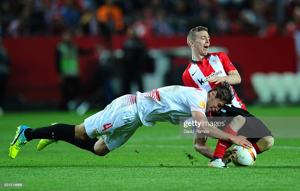 Grzegorz Krychowiak of Sevilla collides with Iker Muniain of Athletic Club Bilbao during the UEFA Europa League quarter final, second leg match between Sevilla and Athletic Bilbao at the Ramon Sanchez Pizjuan stadium on April 14, 2016 in Seville, Spain.