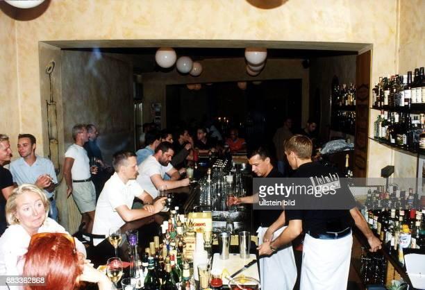 Gäste am Tresen in der Bar 'Lenz' in der Eisenacher Strasse