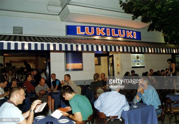 Gäste vor dem Restaurant 'LukiLuki' in der Motzstrasse