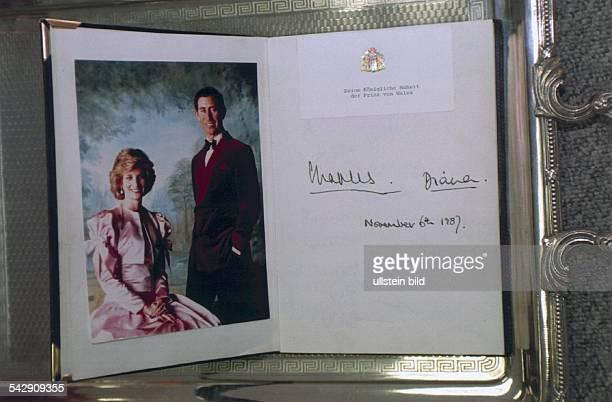 Gästebuch der Senatsbarkasse mit den Unterschriften von Prinz Charles und Prinzessin Diana vom sowie einem offiziellen Foto des Paares