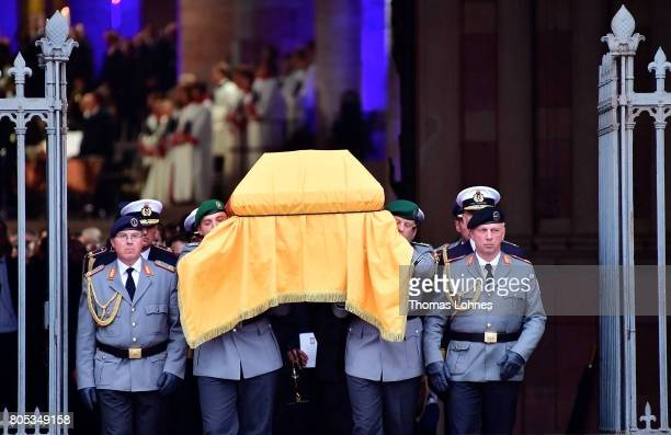 A guard of honor carries the coffin of former German Chancellor Helmut Kohl after a requiem out of the Speyer cathedral on July 1 2017 in Speyer...