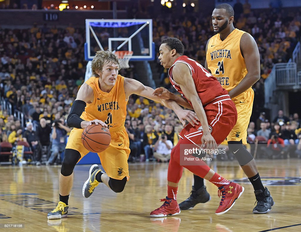 Guard <a gi-track='captionPersonalityLinkClicked' href=/galleries/search?phrase=Ron+Baker+-+Joueur+de+basketball&family=editorial&specificpeople=13909614 ng-click='$event.stopPropagation()'>Ron Baker</a> #31 of the Wichita State Shockers drives up court against guard Lorenzo Bonam #15 of the Utah Utes during the first half on December 12, 2015 at Intrust Bank Arena in Wichita, Kansas.