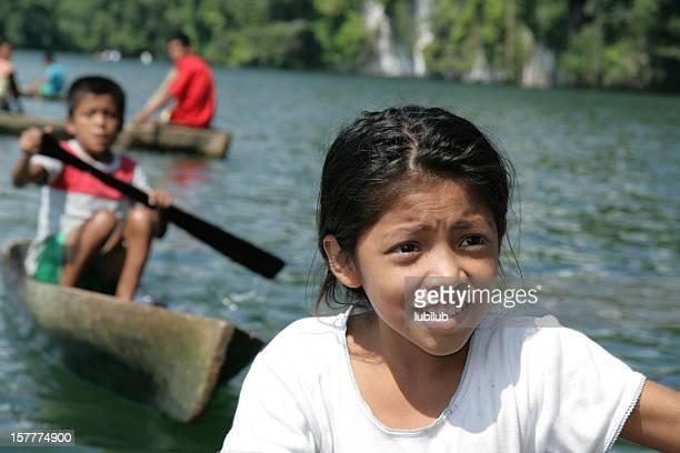 Guatémaltèque enfants de la pêche le long du Rio Dulce à Guatemala