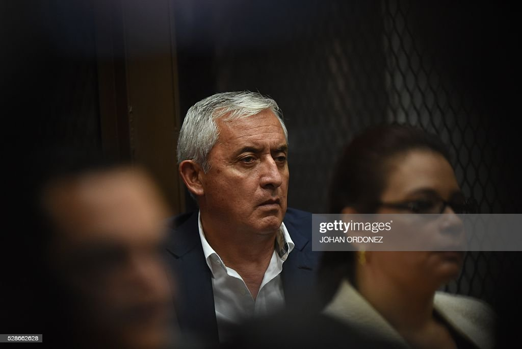Guatemalan former President Otto Perez Molina gestures during a hearing in court in Guatemala City on May 6, 2016. Perez Molina and former Vice-President Roxana Baldetti (R) are accused of collecting millionaire bribes to award a contract to build a port terminal. / AFP / JOHAN
