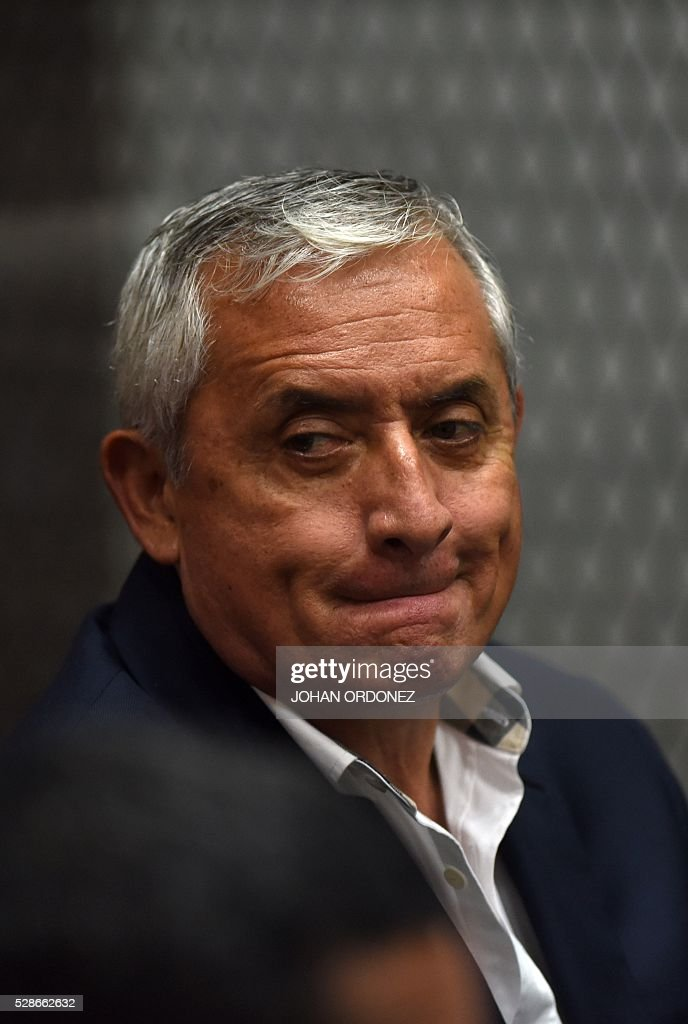Guatemalan former President Otto Perez Molina gestures during a hearing in court in Guatemala City on May 6, 2016. Perez Molina and former Vice-President Roxana Baldetti are accused of collecting millionaire bribes to award a contract to build a port terminal. / AFP / JOHAN