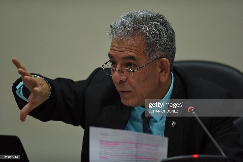 Guatemalan judge Miguel Angel Galvez speaks during the hearing of Guatemalan former president Otto Perez Molina and former vice-president Roxana Baldetti at court in Guatemala City on May 6, 2016. Perez Molina and former Vice-President Roxana Baldetti are accused of collecting millionaire bribes to award a contract to build a port terminal. / AFP / JOHAN