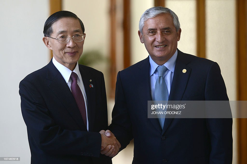 Guatemalan President Otto Perez Molina (R) shakes hands with Taiwan's Foreign Minister David Lin after holding a meeting at the presidential residence in Guatemala City on December 3, 2012. AFP PHOTO/Johan ORDONEZ