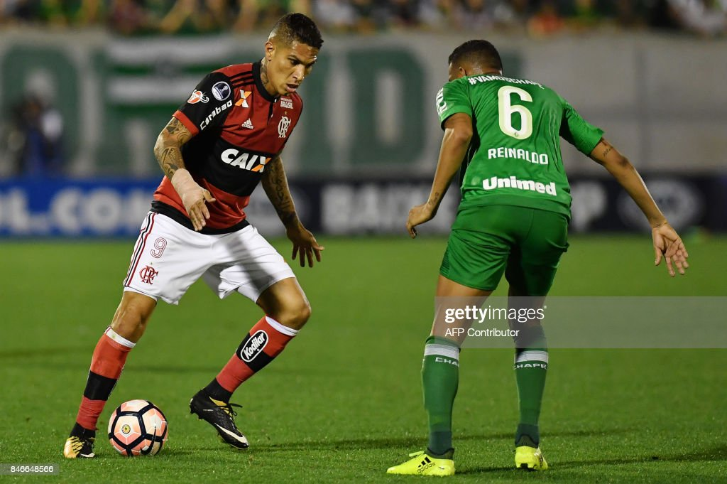 Guerrero (L) of Brazil's Flamengo vies for the ball with Reinaldo (R) of Brazils Chapecoense during their 2017 Copa Sudamericana football match held at Arena Conda stadium, in Chapeco, Brazil on September 13, 2017. /