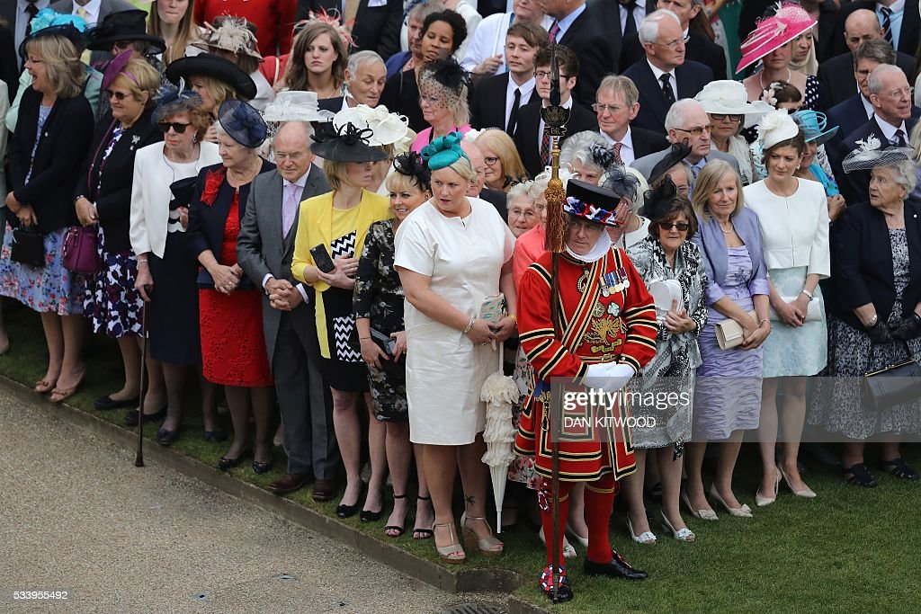 Guests attend a garden party at Buckingham Palace in London on May 24, 2016. / AFP / POOL / Dan Kitwood