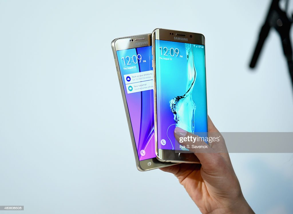Guests demo the new Galaxy S6 edge and Galaxy Note5 at Samsung Unpacked 2015 on August 13 2015 in New York City
