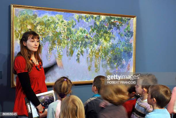 'MONET ET SON JARDIN AU NOUVEAU MUSEE DES IMPRESSIONNISTES DE GIVERNY' A guide comments paintings to children during a visit on May 2009 at the...