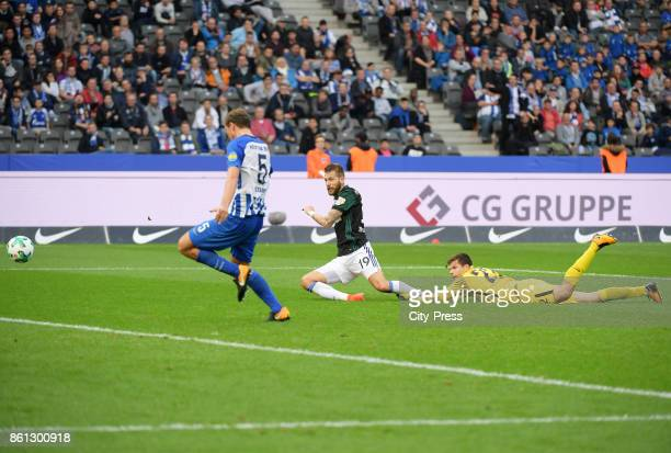 Guido Burgstaller of FC Schalke 04 scores the 02 during the game between Hertha BSC and Schalke 04 on october 14 2017 in Berlin Germany