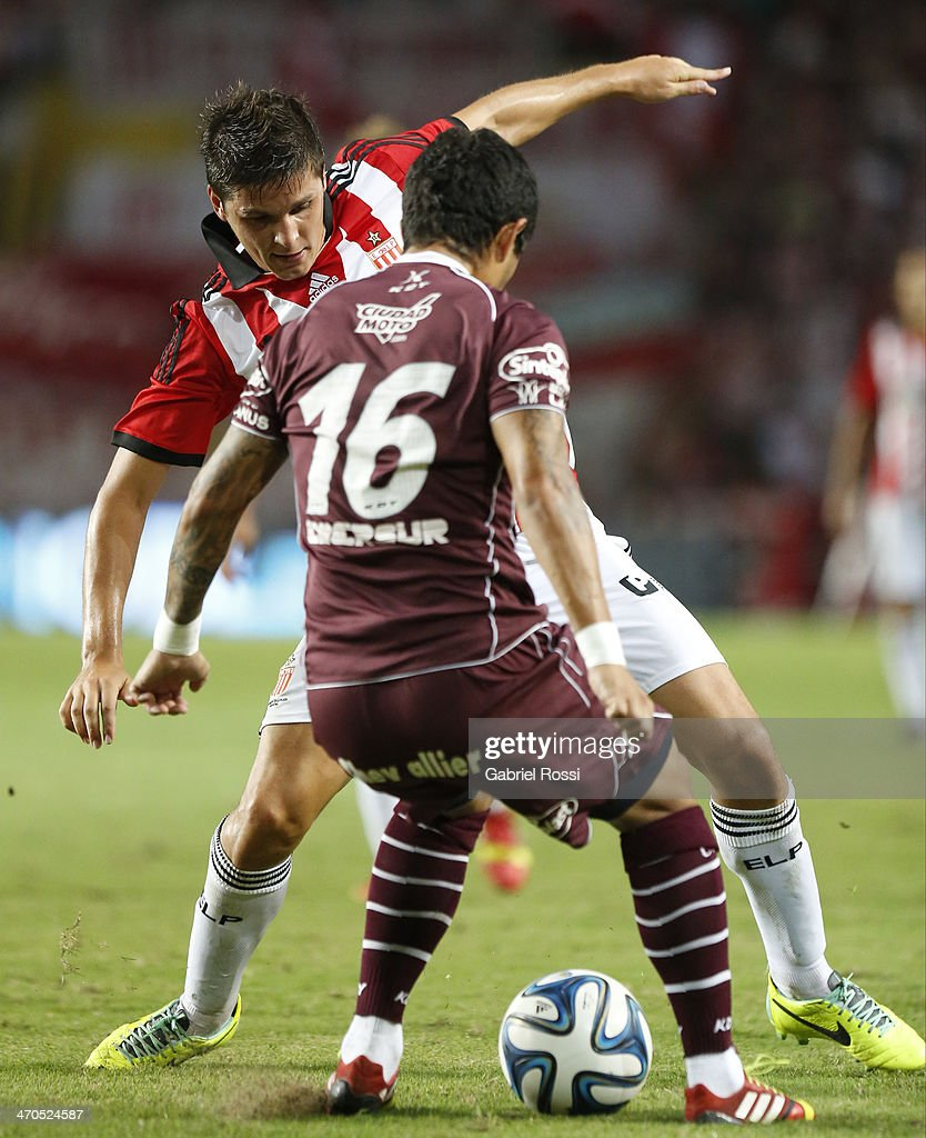 Guido Carillo of Estudiantes (B) fights for the ball with Victor Ayala (#16) of Lanus during a match between Estudiantes and Lanus as part of third round of Torneo Final 2014 at Ciudad de La Plata Stadium on February 19, 2014 in La Plata, Argentina.