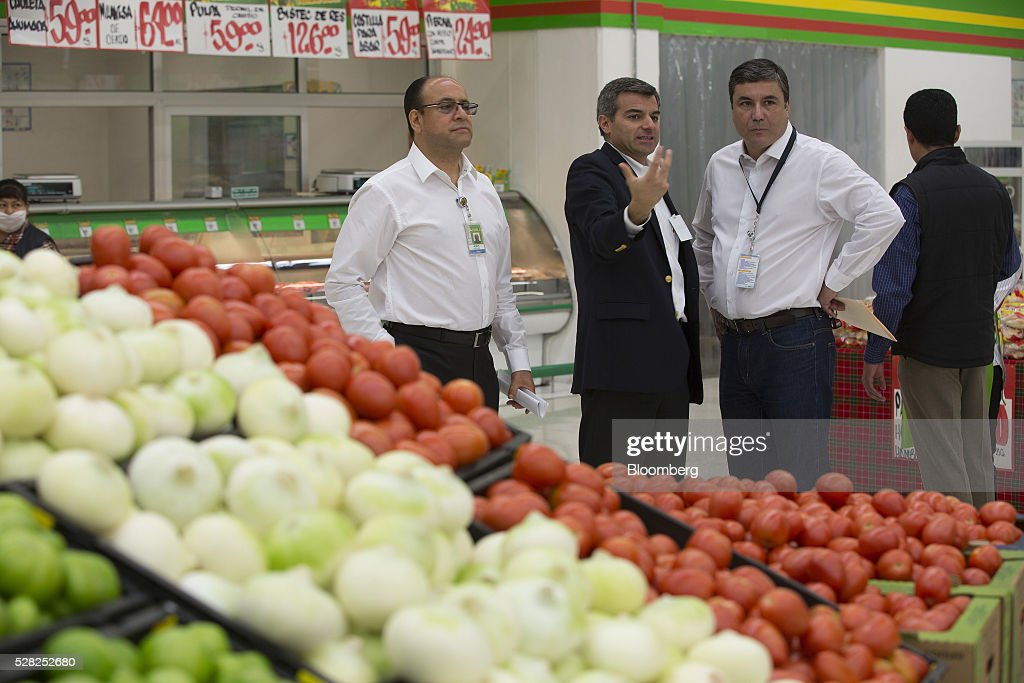 Guilherme Loureiro, chief executive officer of Wal-Mart de Mexico SAB, second right, attends an event at a Bodega Aurrera store, the discount chain owned by Wal-Mart Stores Inc., in Naucalpan de Juarez, Mexico, on Wednesday, May 4, 2016. Wal-Mart de Mexico SAB reported first-quarter results last week that beat analysts estimates, the most recent sign of growth for Mexican companies this earnings season. Photographer: Susana Gonzalez/Bloomberg via Getty Images