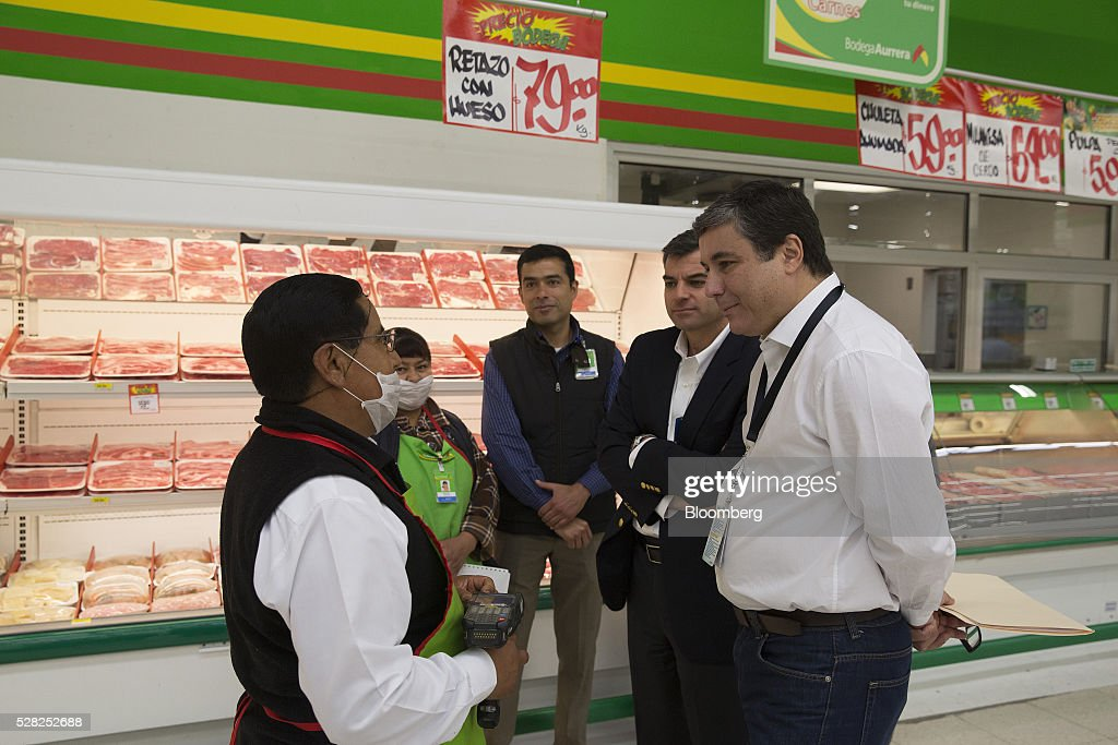 Guilherme Loureiro, chief executive officer of Wal-Mart de Mexico SAB, right, speaks to an employee during an event at a Bodega Aurrera store, the discount chain owned by Wal-Mart Stores Inc., in Naucalpan de Juarez, Mexico, on Wednesday, May 4, 2016. Wal-Mart de Mexico SAB reported first-quarter results last week that beat analysts estimates, the most recent sign of growth for Mexican companies this earnings season. Photographer: Susana Gonzalez/Bloomberg via Getty Images