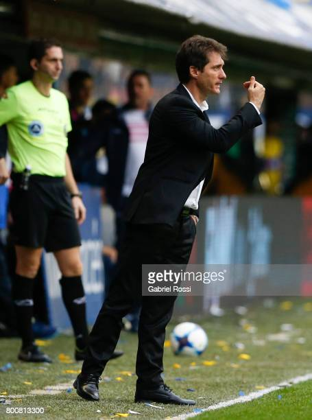 Guillermo Barros Schelotto coach of Boca Juniors gives instructions to his players during a match between Boca Juniors and Union as part of Torneo...