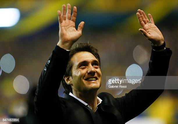 Guillermo Barros Schelotto coach of Boca Juniors greets the fans before a second leg match between Boca Juniors and Independiente del Valle as part...