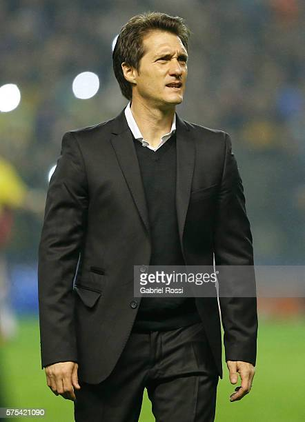 Guillermo Barros Schelotto coach of Boca Juniors looks on before a second leg match between Boca Juniors and Independiente del Valle as part of...