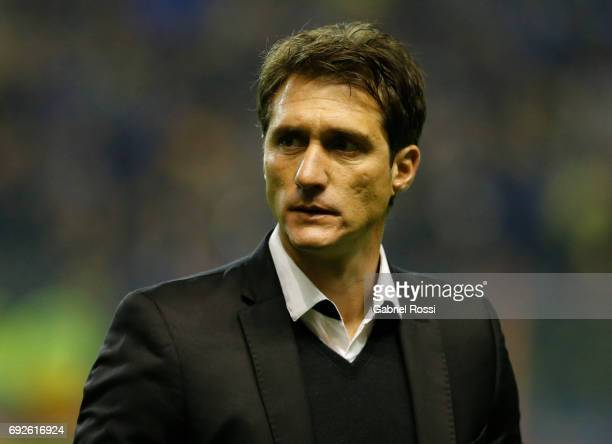 Guillermo Barros Schelotto coach of Boca Juniors looks on prior a match between Boca Juniors and Independiente as part of Torneo Primera Division...