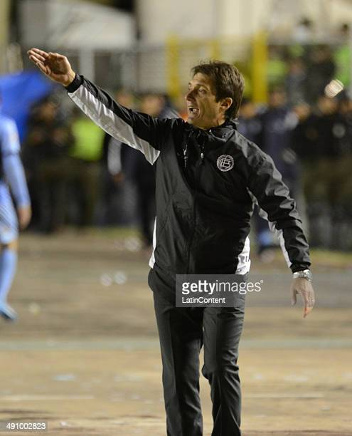 Guillermo Barros Schelotto coach of Lanús gives instructions to his players during a second leg quarter final match between Bol'ívar and Lanúœs as...