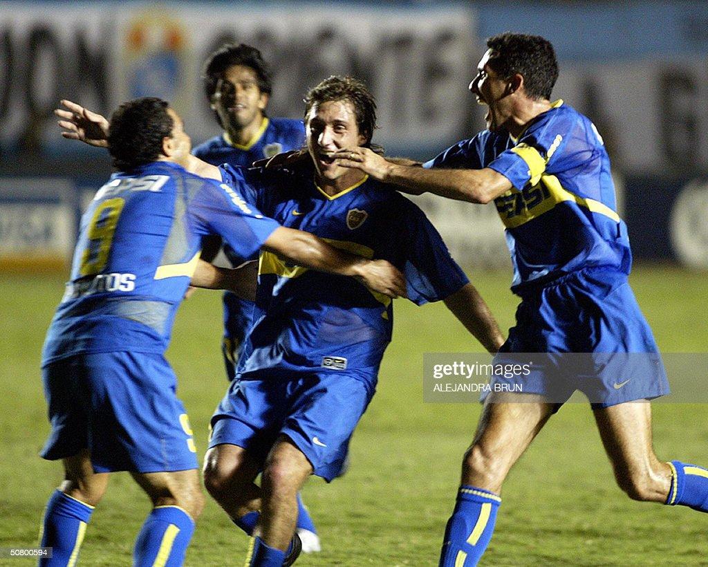 Guillermo Barros Schelotto de Boca Juniors celebra su gol frente al Sporting Cristal junto a sus companeros Diego Cagnia y Carlos Tevez el 04 de mayo...
