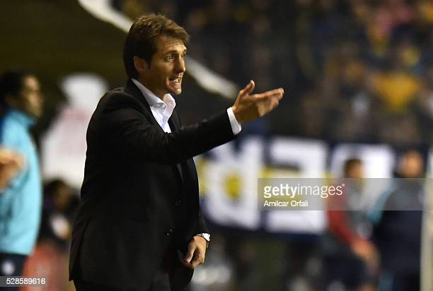 Guillermo Barros Schelotto head coach of Boca Juniors gives instructions to his players during a second leg match between Boca Juniors and Cerro...