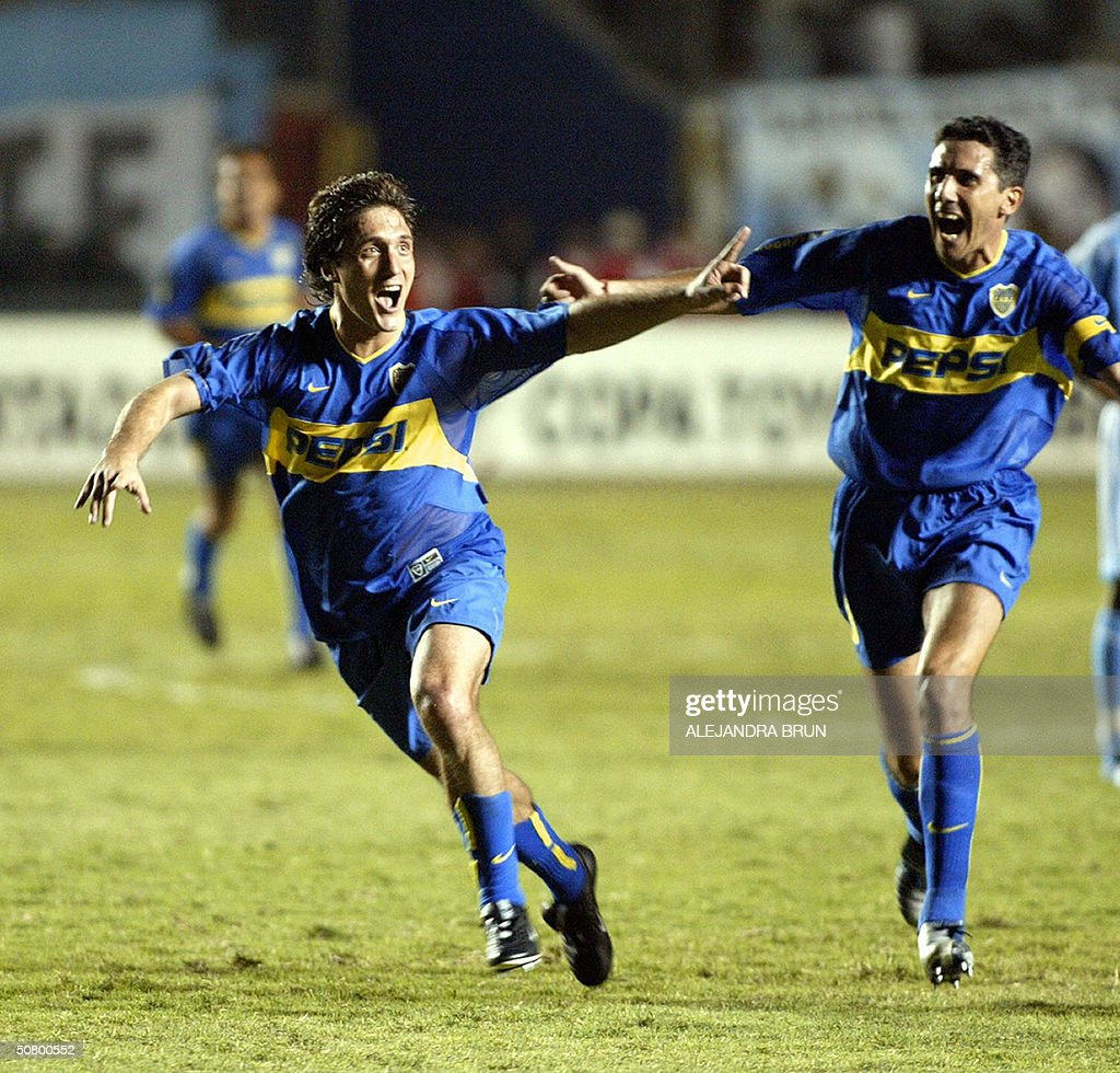 Guillermo Barros Schelotto y Diego Cagnia de Boca Juniors celebran su gol contra el Sporting Cristal de Peru el 04 de mayo de 2004 en Lima en partido...