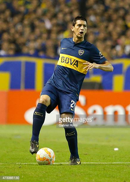 Guillermo Burdisso of Boca Juniors drives the ball during a second leg match between Boca Juniors and River Plate as part of round of sixteen of Copa...
