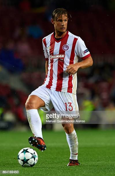 Guilliaume Gillet of Olympiakos controls the ball during the UEFA Champions League group D match between FC Barcelona and Olympiakos Piraeus at Camp...