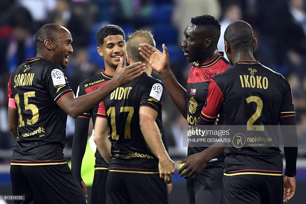 Guimgamp's players celebrates after winning the French L1 football match between Olympique Lyonnais and EA Guingamp on October 22, 2016, at the Parc Olympique Lyonnais in Decines-Charpieu near Lyon, southeastern France. / AFP / PHILIPPE