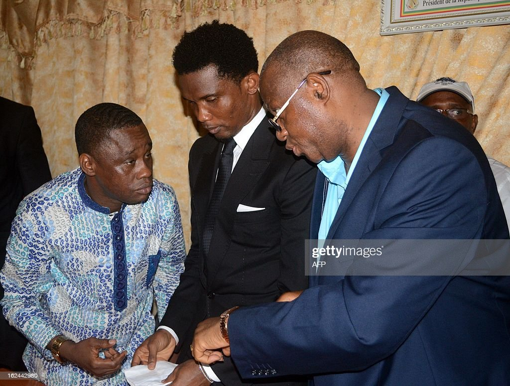 Guinea Sport Minister Sanoussi Banthma Sow (L), Cameroon's football star Samuel Eto'o (C) and Guinea Football Federation president Salifou Camara (R) attend a press conference on Febuary 23, 2013 in Conakry. Samuel Eto'o is on two day visit to Guinea.