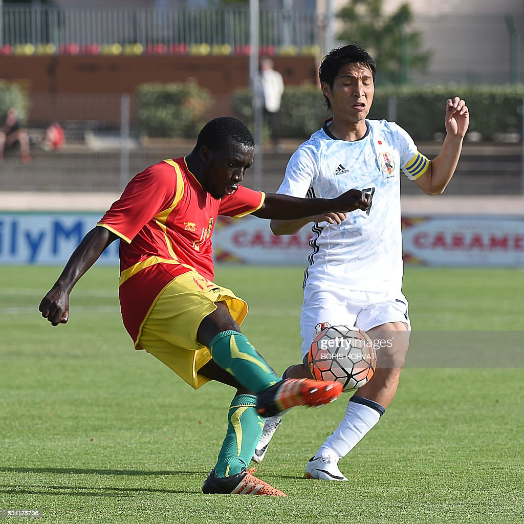Guinean midfielder Seiti Toure (L) vies with Japanese midfielder Riki Harakawa (R) during the Under 21 international football match between Japon and Guinea, at the Antoine Baptiste stadium in Six-Fours, southern France on May 25, 2016, as part of the Tournoi Espoirs de Toulon (Toulon Hopefuls' Tournament). / AFP / BORIS