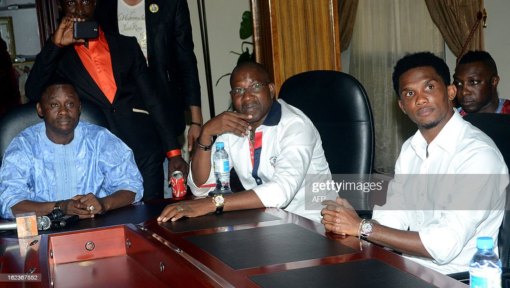 Guinean Sport Minister Banhtana Sow (L), Guinean general Mathurin Bangoura (C) and Cameroonian footballer Samuel Eto'o (R) attend a meeting on Febuary 22, 2013 in Conakry. Eto'o is on two day visit to Guinea.