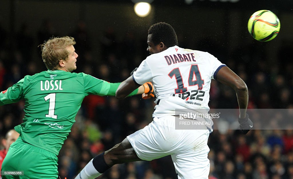 Guingamp's Danish goalkeeper Jonas Lössl (L) vies with Bordeaux's Malian forward Cheick Diabate during the French L1 football match Guingamp against Bordeaux on February 13, 2016 at the Roudourou stadium in Guingamp, western France. / AFP / FRED TANNEAU