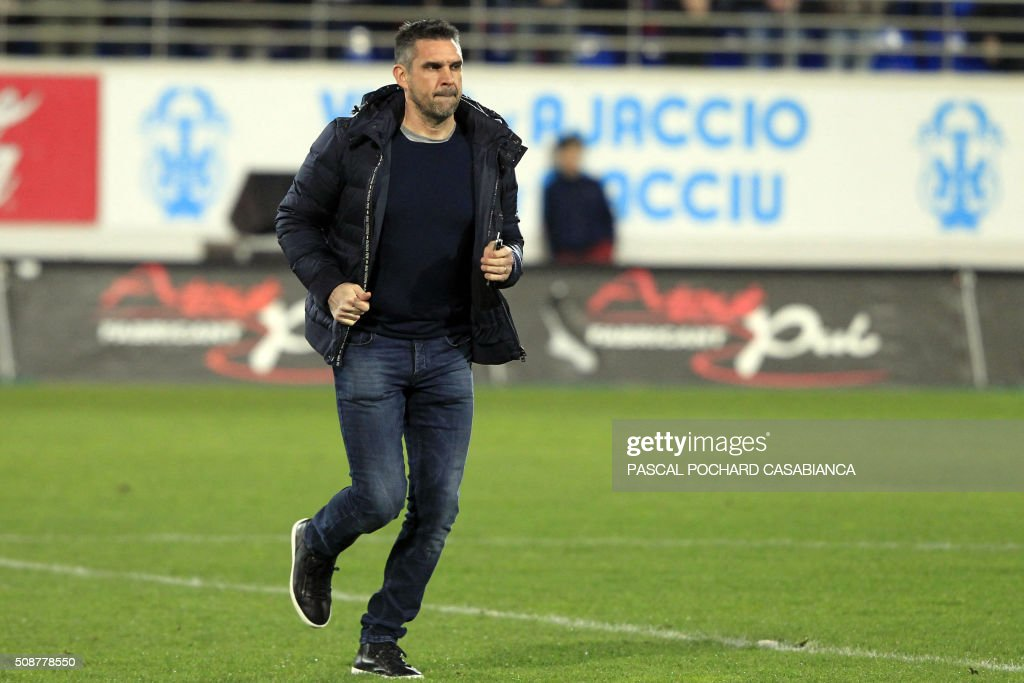 Guingamp's French coach Jocelyn Gourvennec runs on the field before the L1 football match Gazelec Ajaccio (GFCA) against Guingamp (EAG) on February 6, 2016, at the Ange Casanova stadium in Ajaccio, on the French Mediterranean island of Corsica. AFP PHOTO / PASCAL POCHARD-CASABIANCA / AFP / PASCAL POCHARD CASABIANCA