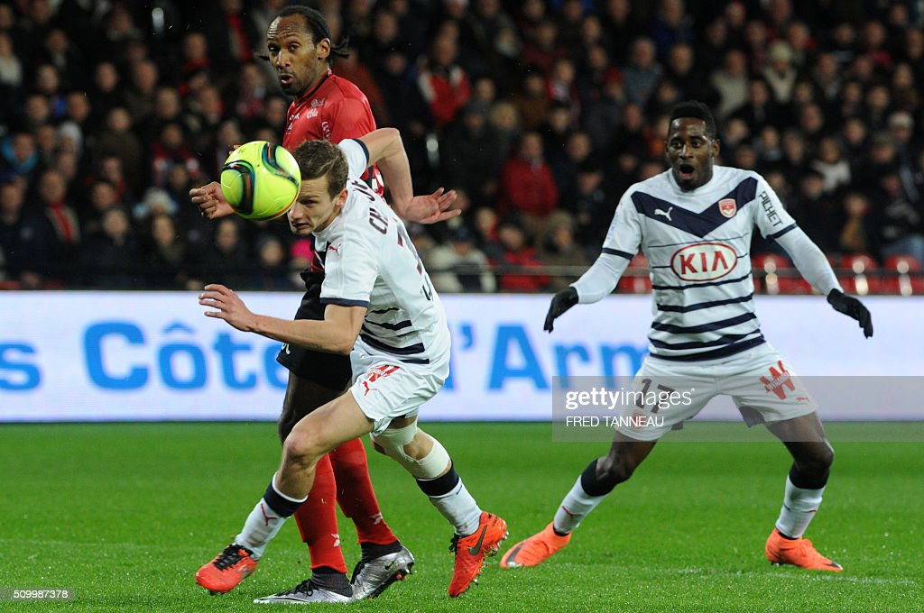 Guingamp's French defender Jeremy Sorbon (L) vies with Bordeaux's French midfielder Clement Chantome (C) and Bordeaux's Gabonese midfielder Andre Biyogo Poko during the French L1 football match Guingamp against Bordeaux on February 13, 2016 at the Roudourou stadium in Guingamp, western France. / AFP / FRED TANNEAU