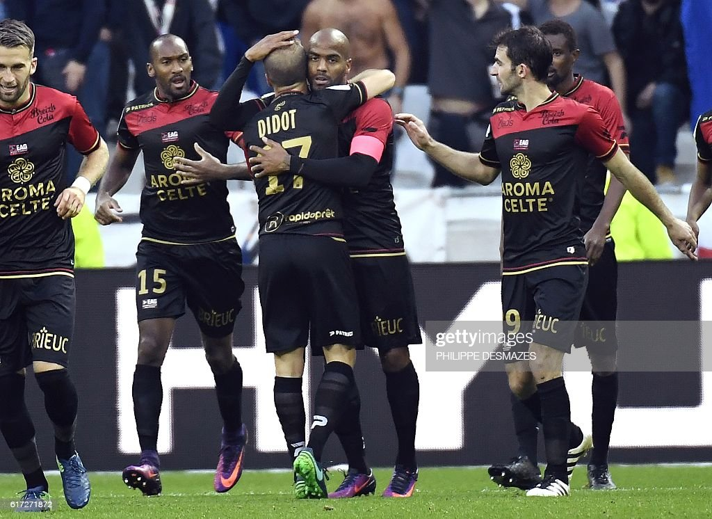 Guingamp's French forward Jimmy Briand (C) celebrates with his teammate after they scored a goal during the French L1 football match between Olympique Lyonnais and EA Guingamp on October 22, 2016, at the Parc Olympique Lyonnais in Decines-Charpieu near Lyon, southeastern France. / AFP / PHILIPPE