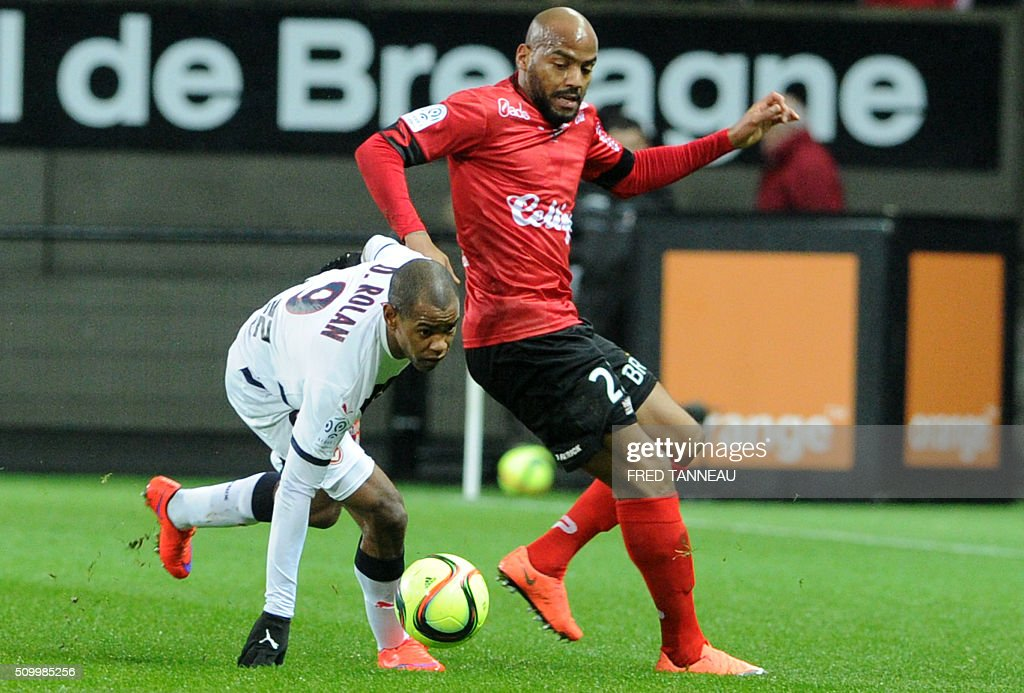 Guingamp's French forward Jimmy Briand (R) vies with Bordeaux's Uruguyan forward Diego Rolan (L) during the French L1 football match Guingamp against Bordeaux on February 13, 2016 at the Roudourou stadium in Guingamp, western France. / AFP / FRED TANNEAU