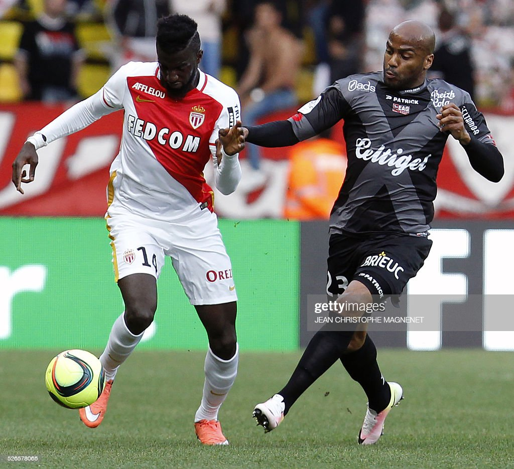 Guingamp's French forward Jimmy Briand (R) vies with Monaco's French midfielder Tiemoue Bakayoko (L) during the French L1 football match Monaco (ASM) vs Guingamp (EAG) on April 30, 2016, at the Louis II stadium in Monaco.