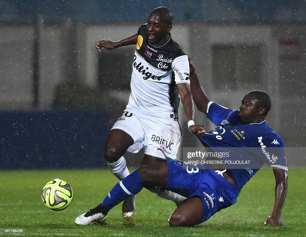 Guingamp's French Mauritanian midfielder <a gi-track='captionPersonalityLinkClicked' href=/galleries/search?phrase=Younousse+Sankhare&family=editorial&specificpeople=4436540 ng-click='$event.stopPropagation()'>Younousse Sankhare</a> (L) vies with Bastia's Malian midfielder Abdoulaye Keita (R) during the French L1 football match Bastia vs Guingamp, on March 21, 2015 at the Parsemain stadium in Fos-sur-Mer. AFP PHOTO / ANNE-CHRISTINE POUJOULAT
