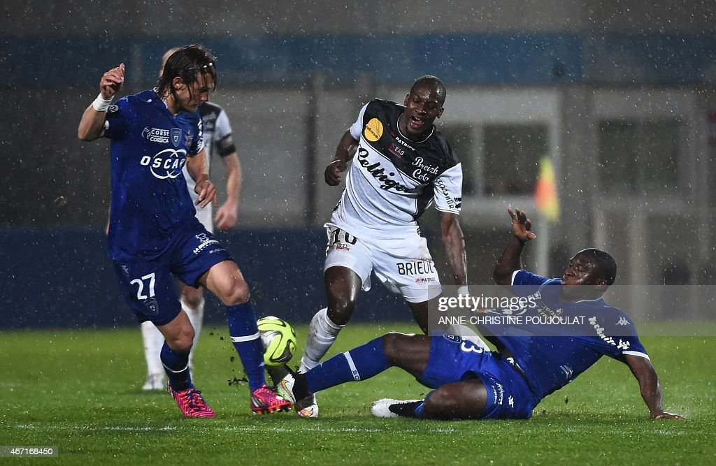 Guingamp's French Mauritanian midfielder <a gi-track='captionPersonalityLinkClicked' href=/galleries/search?phrase=Younousse+Sankhare&family=editorial&specificpeople=4436540 ng-click='$event.stopPropagation()'>Younousse Sankhare</a> (C) vies with Bastia's Malian midfielder Abdoulaye Keita (R) and Bastia's Belgian midfielder <a gi-track='captionPersonalityLinkClicked' href=/galleries/search?phrase=Guillaume+Gillet&family=editorial&specificpeople=4542498 ng-click='$event.stopPropagation()'>Guillaume Gillet</a> (L) during the French L1 football match Bastia vs Guingamp, on March 21, 2015 at the Parsemain stadium in Fos-sur-Mer. AFP PHOTO / ANNE-CHRISTINE POUJOULAT